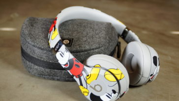 Unboxing Mickey's 90th Anniversary Edition Beats Solo3 Wireless headphones 17