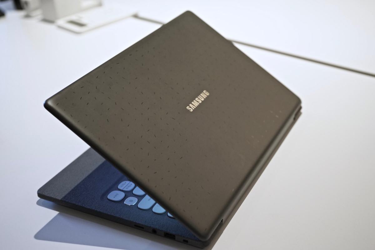 dsc06159 150x150 - Samsung's $349 Notebook Flash laptop is a retro-looking gem