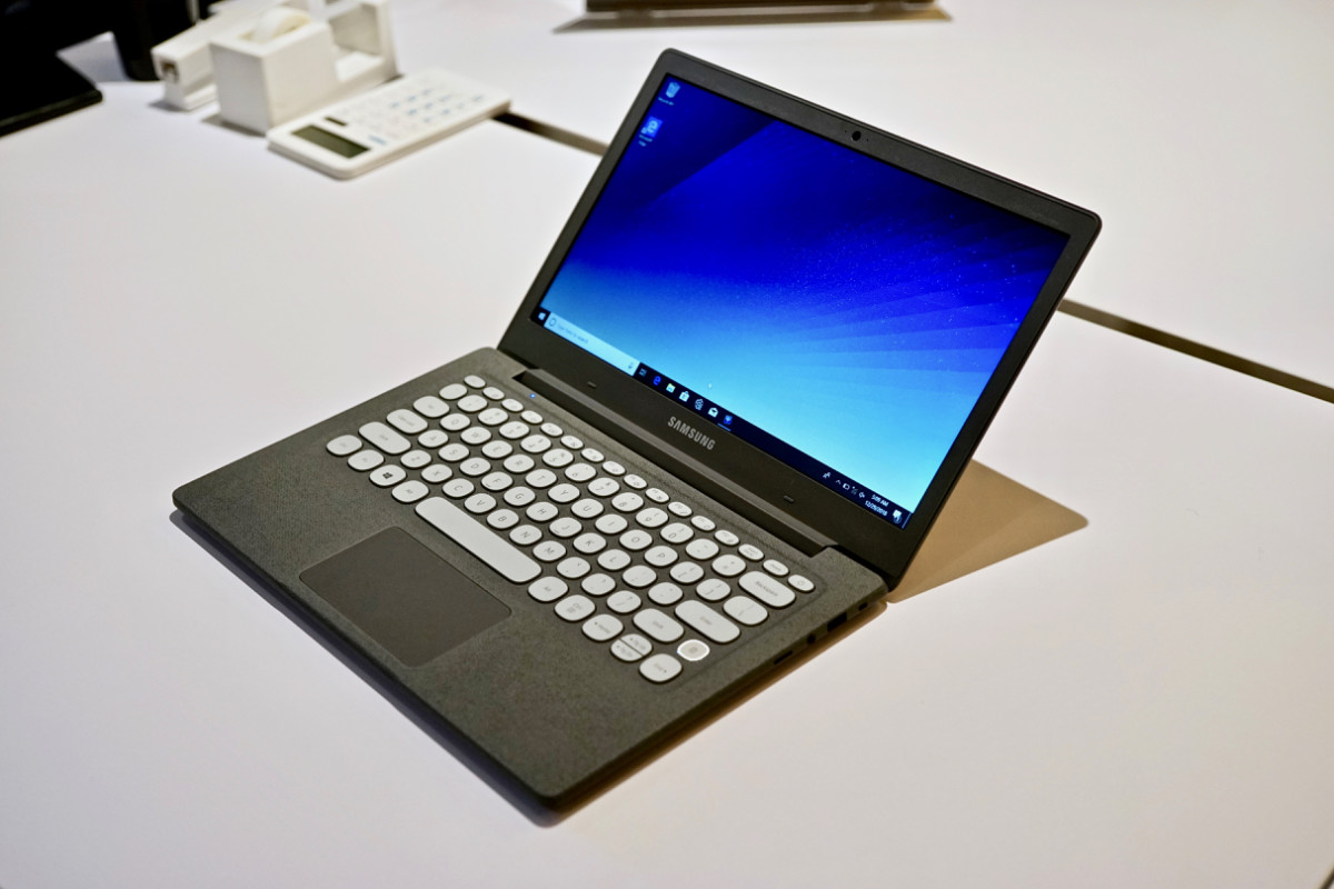 dsc06161 758x505 - Samsung's $349 Notebook Flash laptop is a retro-looking gem