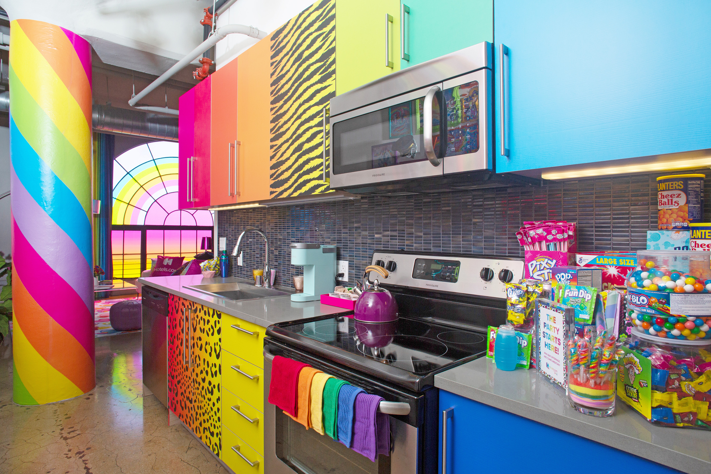 Lisa Frank themed penthouse is the ultimate dream room of every '90s girl 16